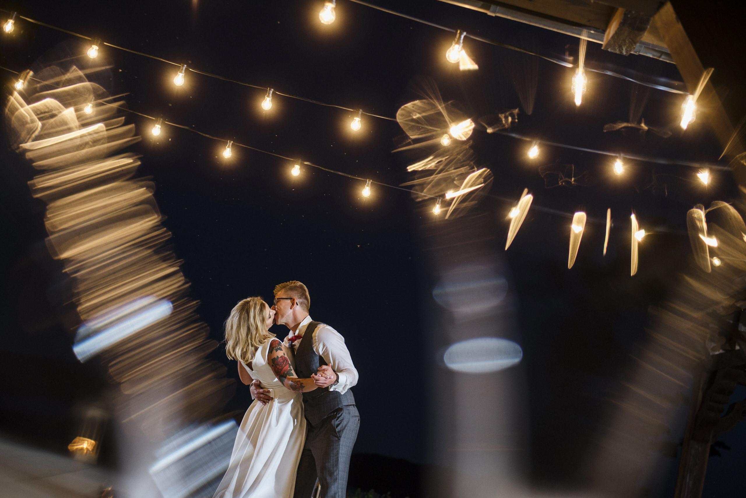 zdjęcid młodej pary wykonane przez zawodowego fotografa ślubnego