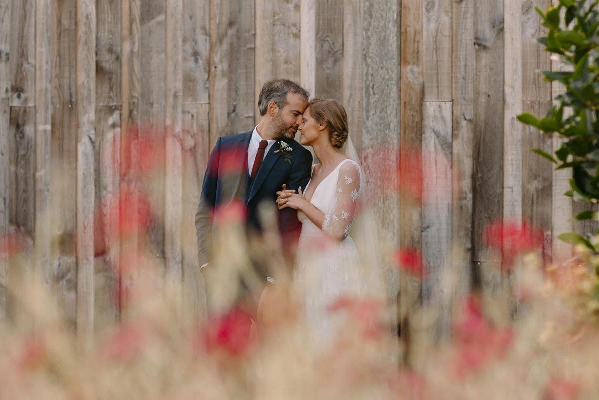sesja ślubna w dniu ślubu podczas rustykalnego wesela